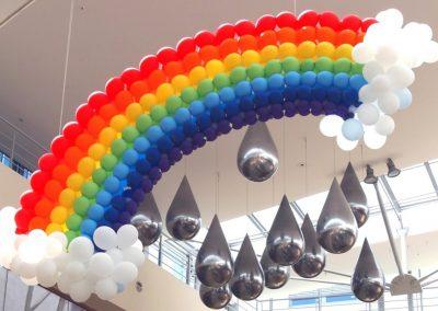 Ballonskulptur Regenbogen in einem Einkaufzentrum