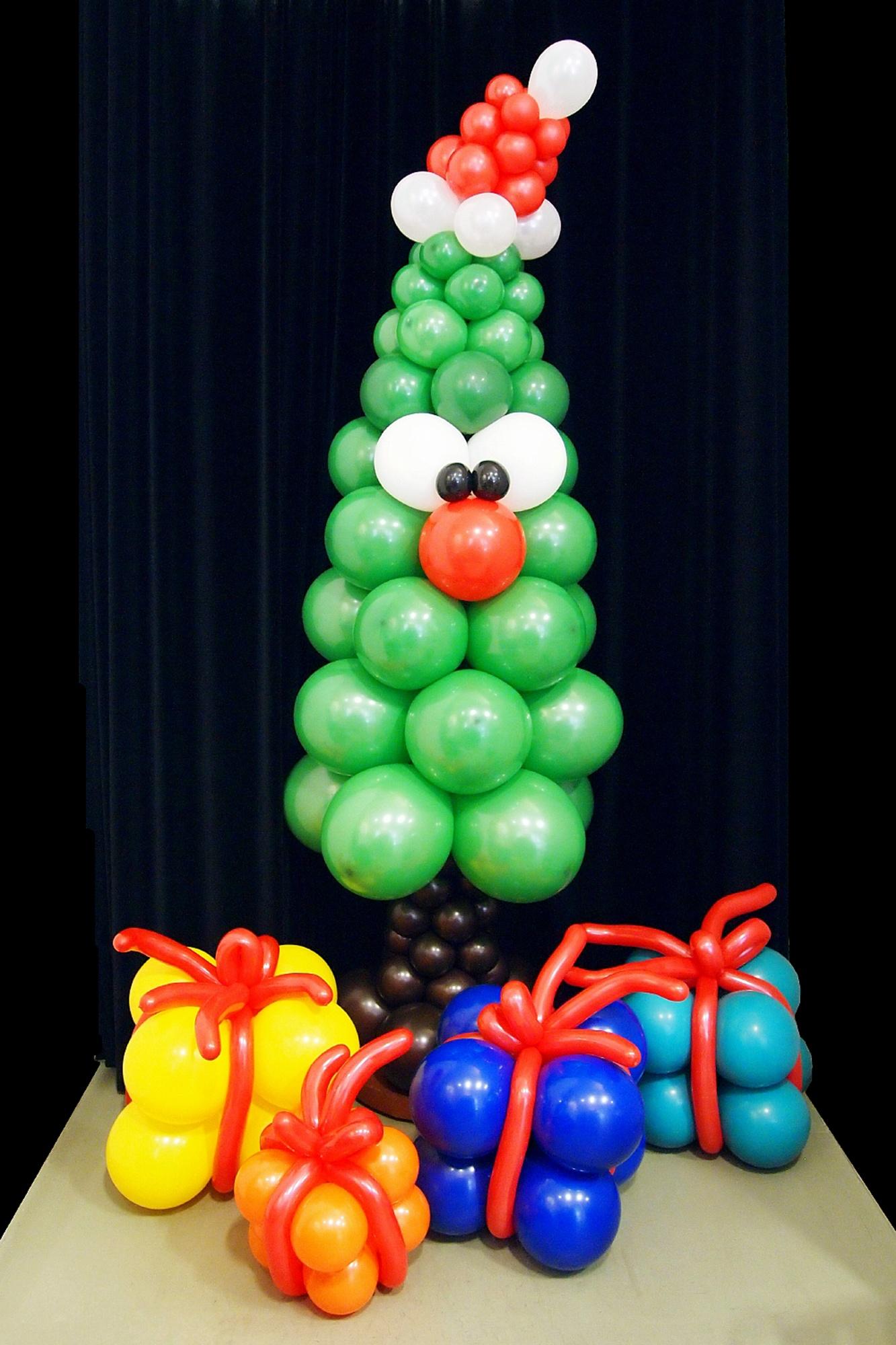 Ballonskulptur Weihnachtsbaum mit Geschenken