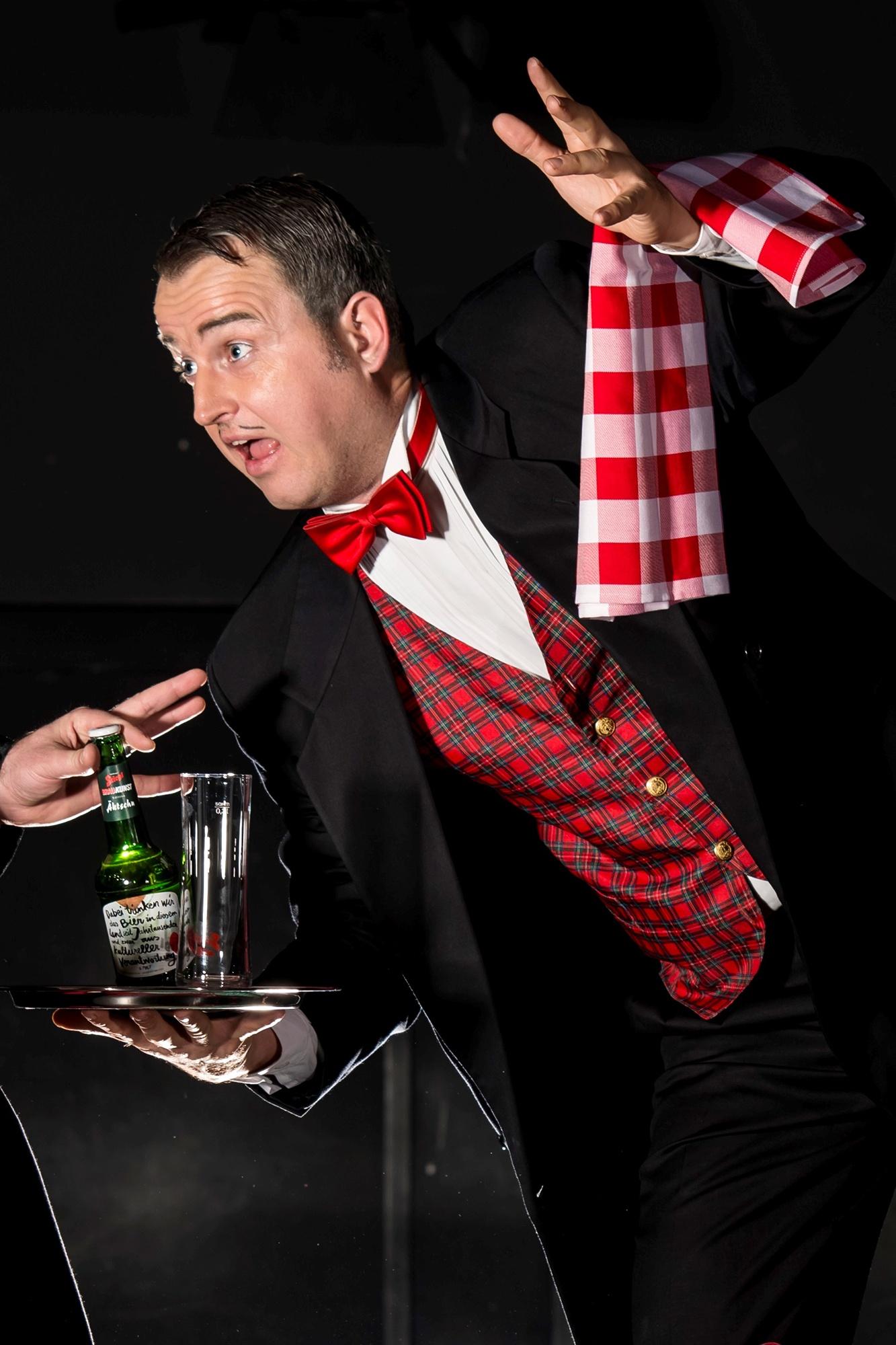 Comedy Kellner bzw. komisch lustige Kellner bei der Arbeit