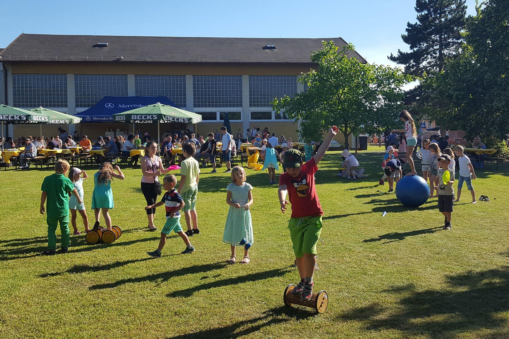 Jonglierworkshop beim Sommerfest in einer Schule