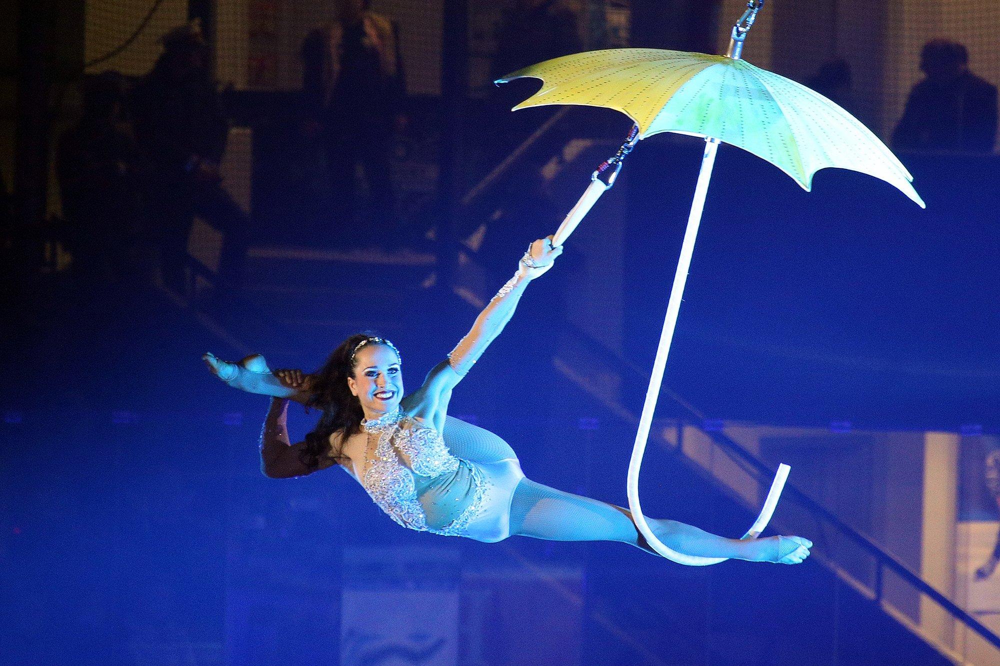 Luftartisten am Schirm, Tuch oder Ring als Höhepunkt für jede Gala oder Event