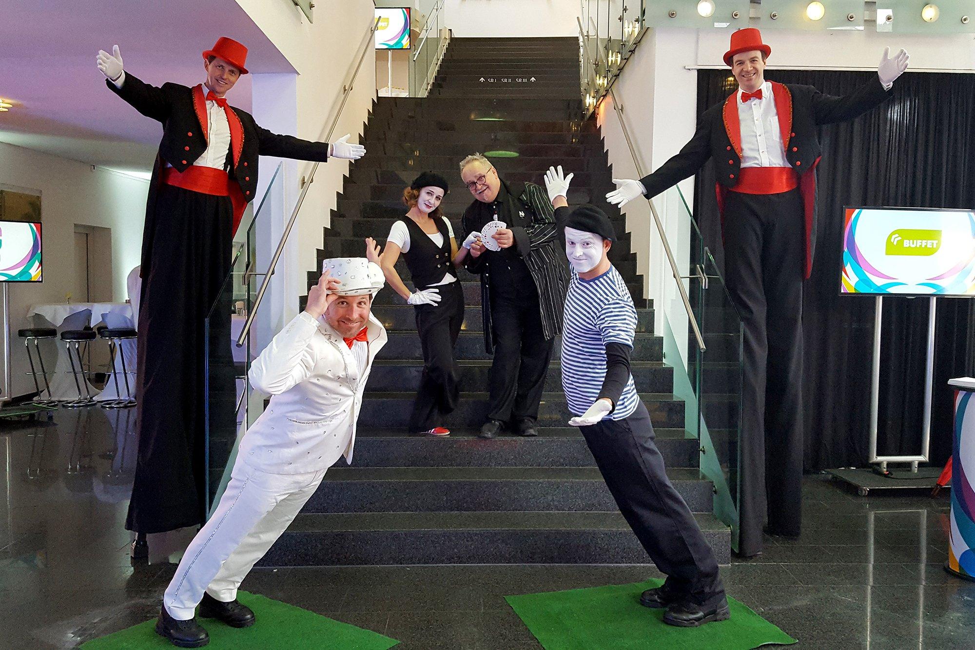 Schräge Typen und Pantomime Künstler erheitern das Publikum bzw. ihre Gäste auf ihre ganz besondere Art