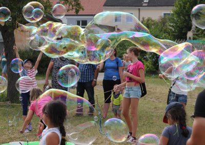 Riesenseifenblasen zaubern den Kindern immer ein Lächeln ins Gesicht