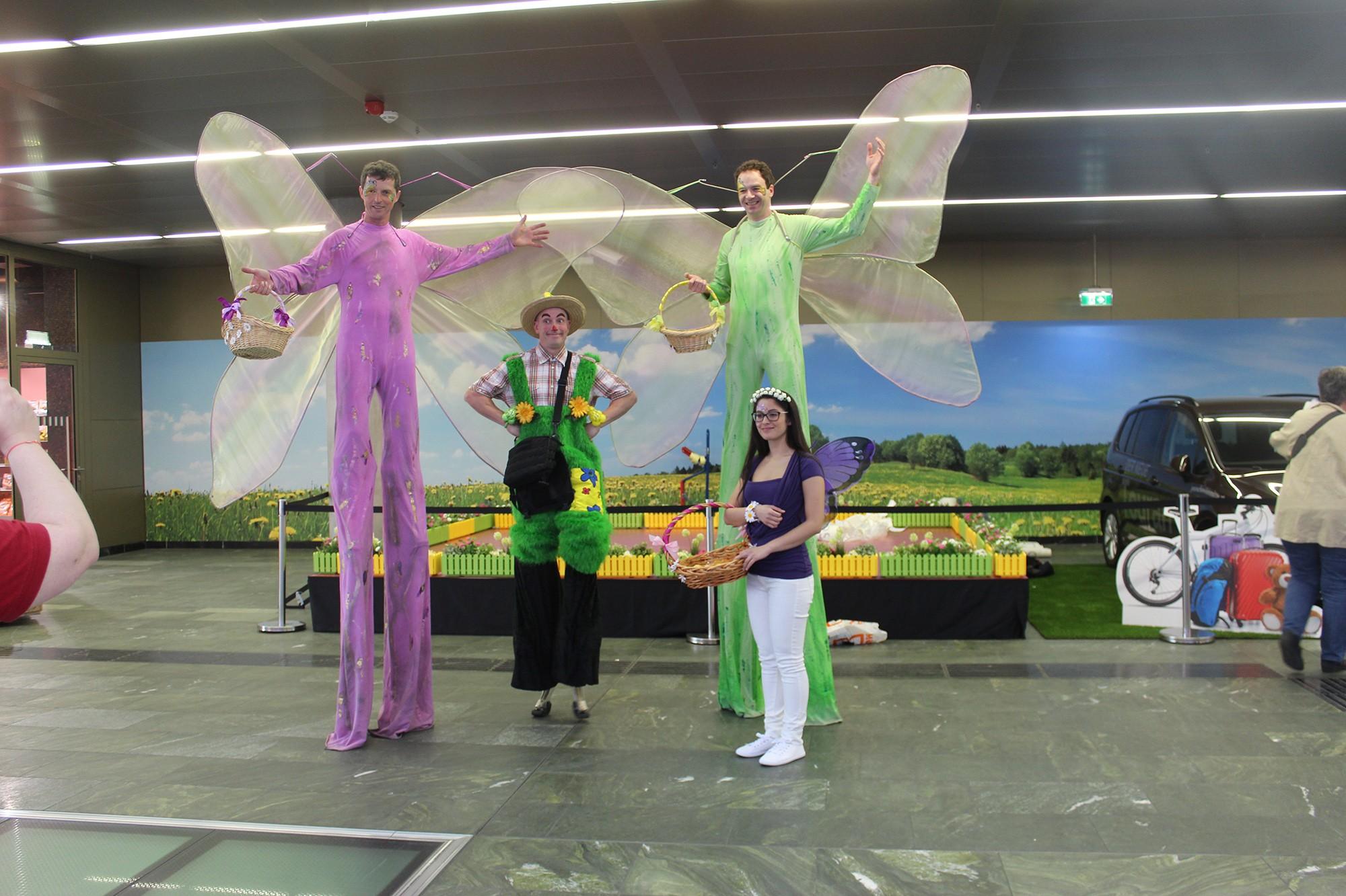 Stelzengeher in verschieden Kostümen für ihre Veranstaltung