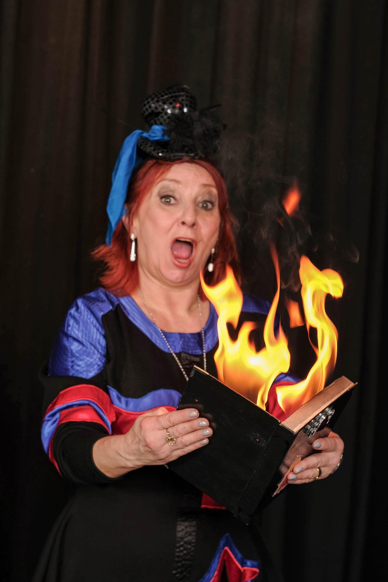 Zauberer verzaubern ihr Publikum als Walking Act oder als Zaubershow auf der Bühne