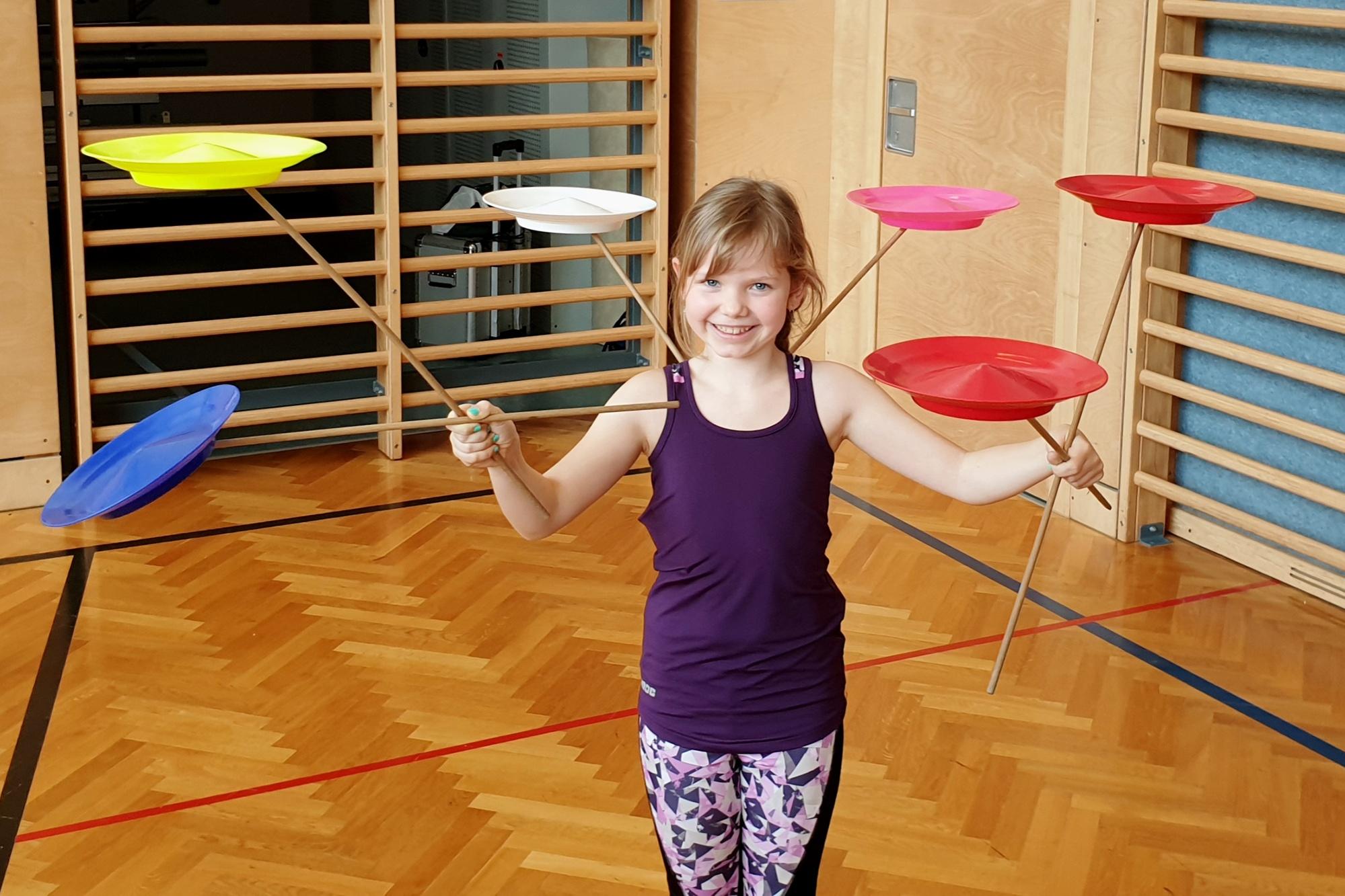 Zirkus macht Schule wird in Schulen angeboten und nach einer kurzen Einführungsshow werden die Kinder zu Zirkusartisten